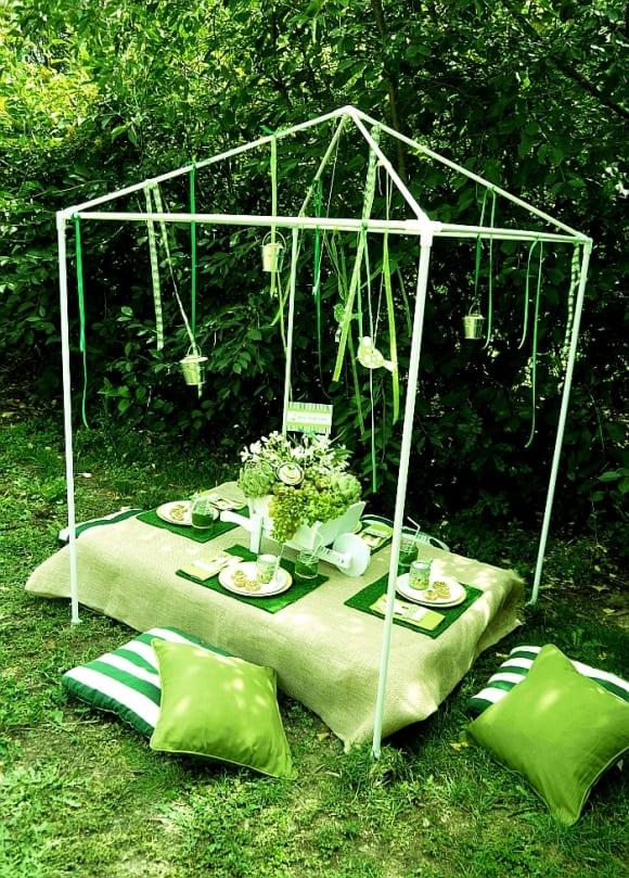 coole gartenparty idee mit grünen kissen und DIY Gartentisch aus Paletten mit tischdecke und tisch set in grün