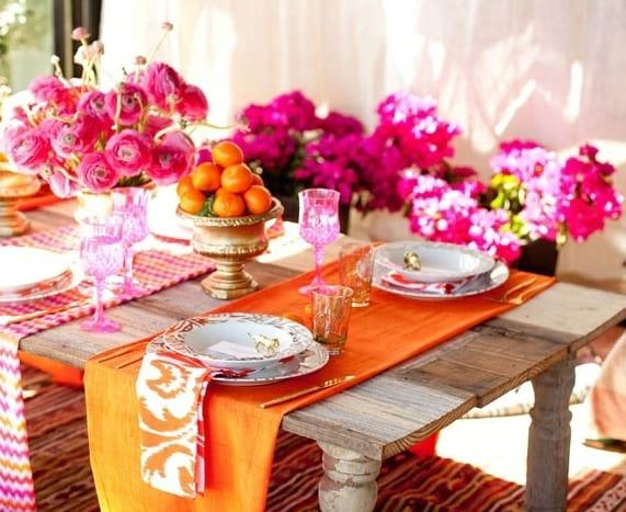 schabi gartenparty deko idee mit esstisch holz und tischdeckeläufern in orange und pink