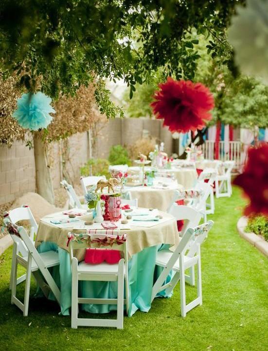 coole idee für gartenparty mit runden Esstischen mit tischdecken in hellblau und weißen klappstühlen