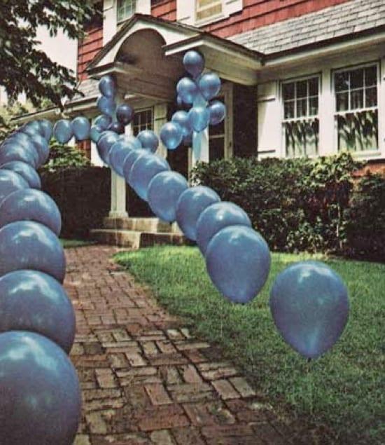 kreative deko mit luftbalons für den gartenweg