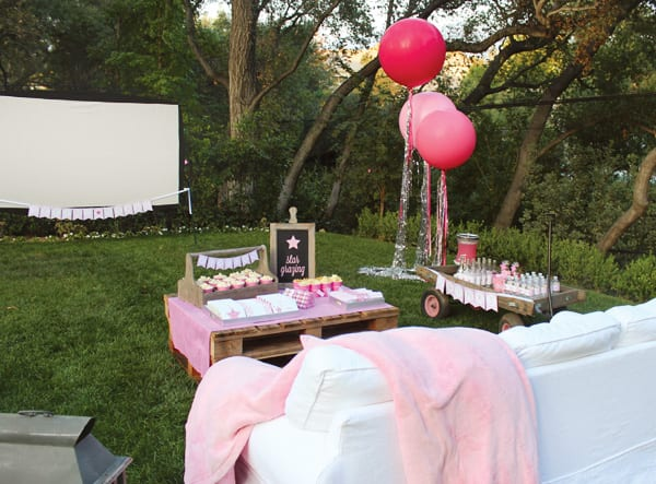gartenpartydeko mit rosafarbigen luftbalons und DIY gartentisch aus Europaletten