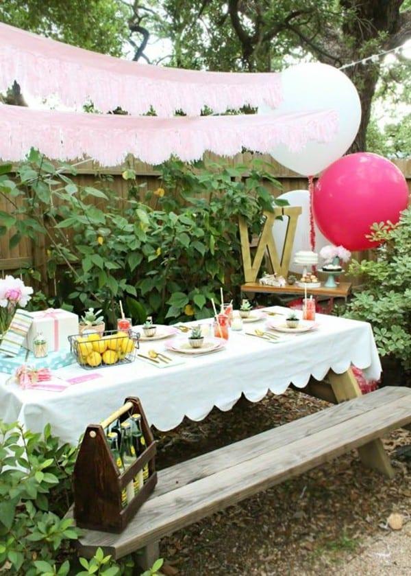Gartentisch mit Bänken aus Holz für ihre gartenparty