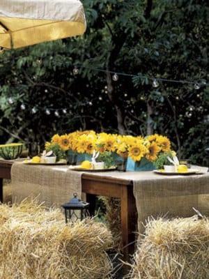 esttisch massiv mit tischdecken und tischdeko aus sonnenblumen