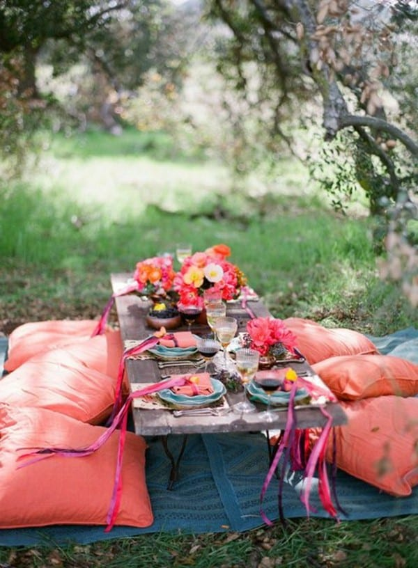 fantastische einrichtung mit kissen und niedriger Holztisch für gartenparty