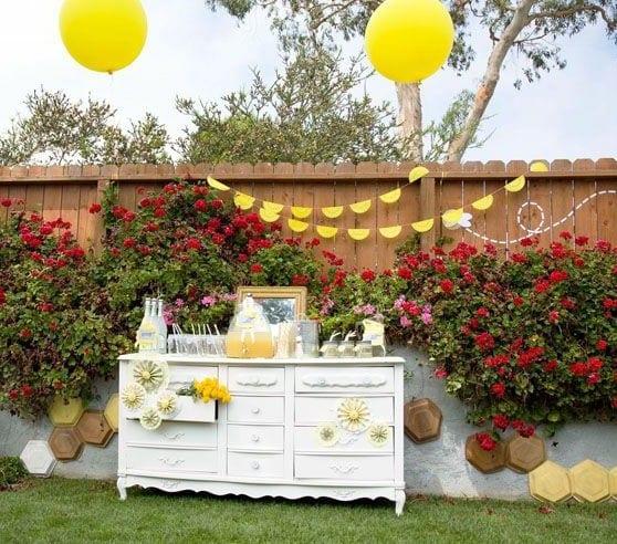 ideen für gartenparty in weiß und gelb mit sideboard holz mit schubladen