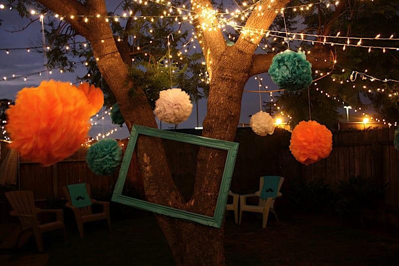 kreative deko idee mit Papierblumen in orange und blau