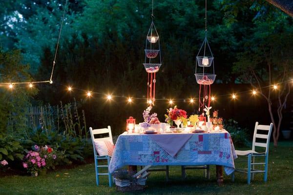 gartenparty am abend mit gartenlampen dekorieren