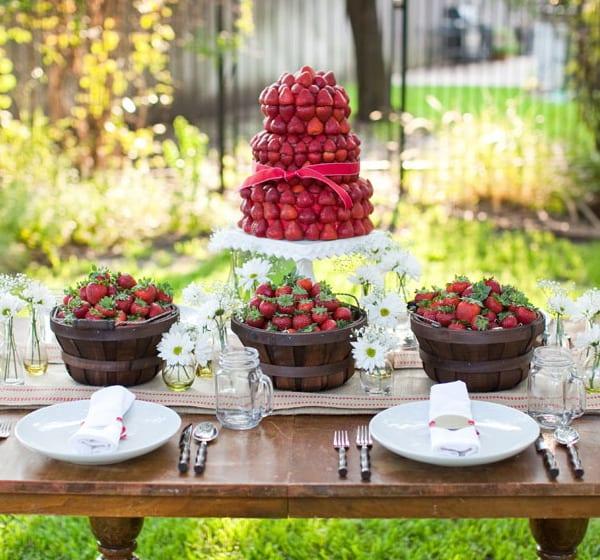coole tischdeko idee mit erdbeeren