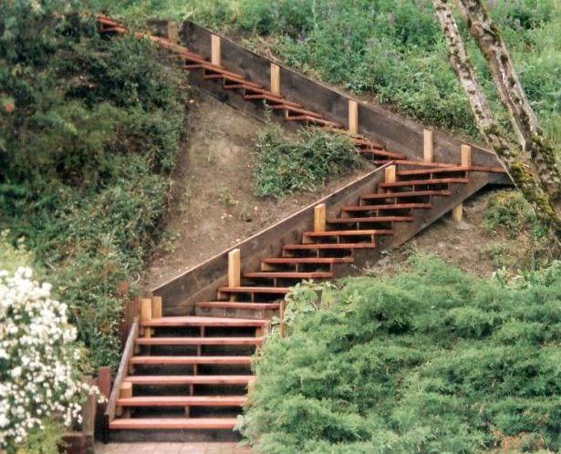 DIY Holztreppe im Garten mit steilem Hang