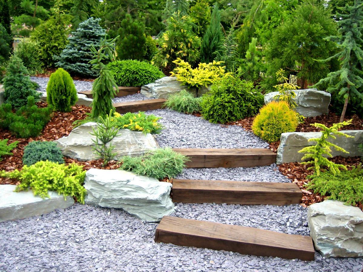 coole idee für Steingarten mit DIY Gartentreppe aus Holzklötzen mit Kies gefüllt