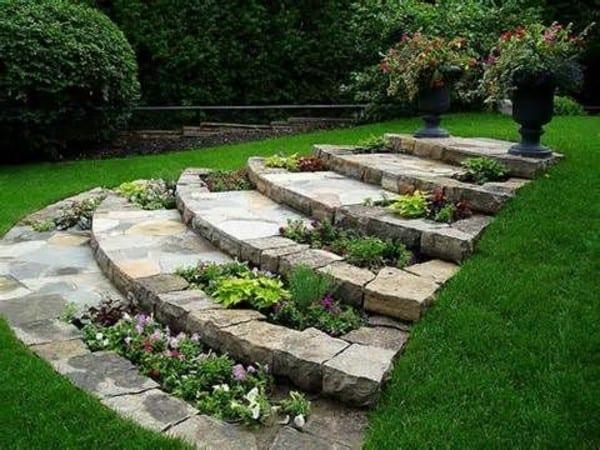 gartengestaltung mit DIY Gartentreppe und DIY Blumenbeete aus Steinen