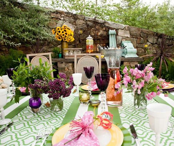 tischdeko idee in grün mit tischdecke grün und gelben teller mit rosafarbigen servietten