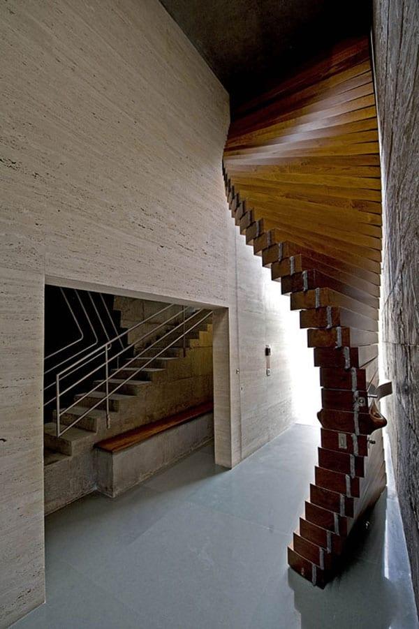 modernes haus aus beton mit durchgang zur Innentreppe aus beton