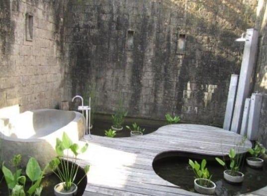 interessante gartengestaltung mit Holzterrasse und teichbecken