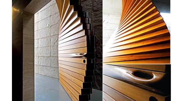 Spektakuläre Eingangstür aus Holz als Vorhang