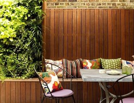 holzterrasse als kleines wohnzimmer drau en gestalten mit diy sitzecke mit holzverkleidet. Black Bedroom Furniture Sets. Home Design Ideas