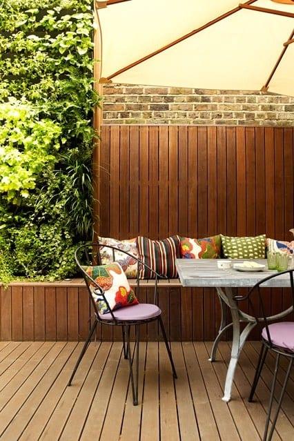 ihr wohnzimmer im sommer auf die terrasse mit sonnenschirm und holzverkleidung