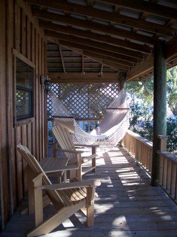 holzterasse mit terrassenüberdachung als gemütliches sitzplatz einrichten