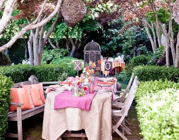 tisch dekoration ideen in orange und pink für hochzeitspartys im Garten