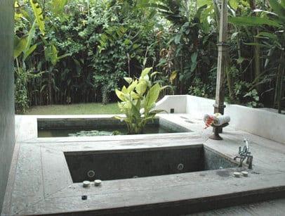 terrasse garten mit teichbecken und eingebauter im boden badewanne