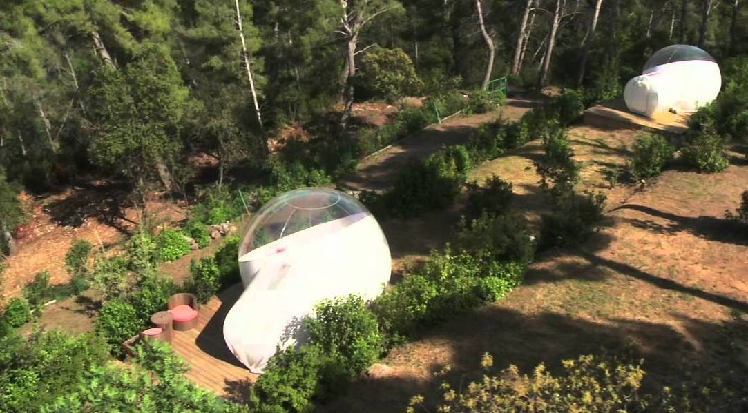 weiße Blasenzelte mit Holzterrasse für coole gartengestaltung