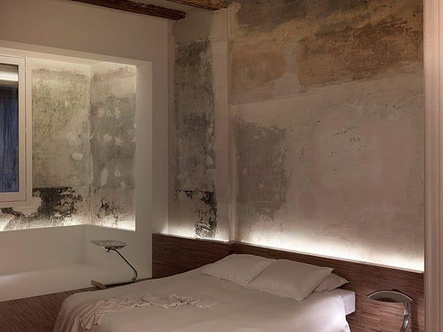 modernes Schlafzimmer rustikal mit wandgestaltung und holzbett