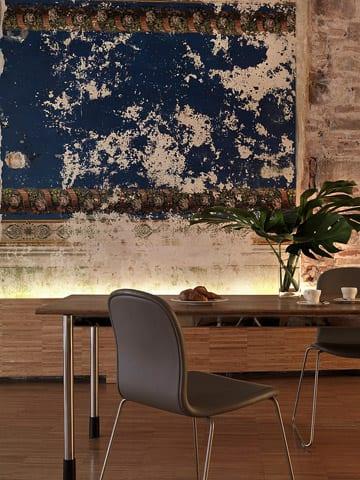 modernes wohn esszimmer mit coole wandgestaltung aus alten wandtapeten