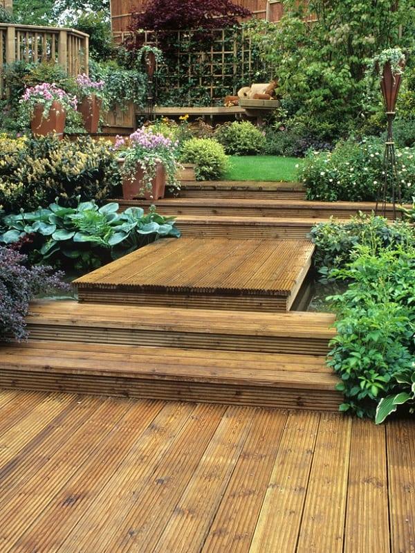 coole gartengestaltung mit terrassierte garten und teichbecken mit DIY Holzbrücke