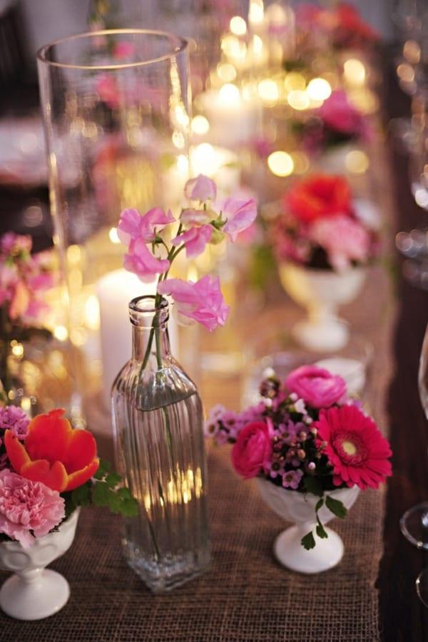 Blumendeko Idee als Tischdekoration für gartenparty