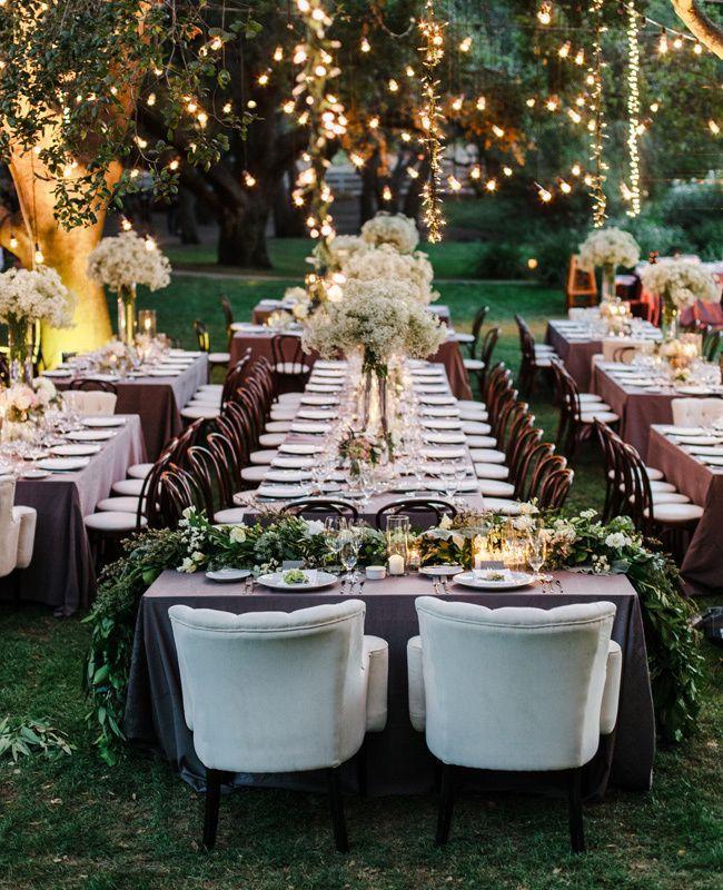 garten hochzeit deko idee in weiß und lila mit gartenlampen