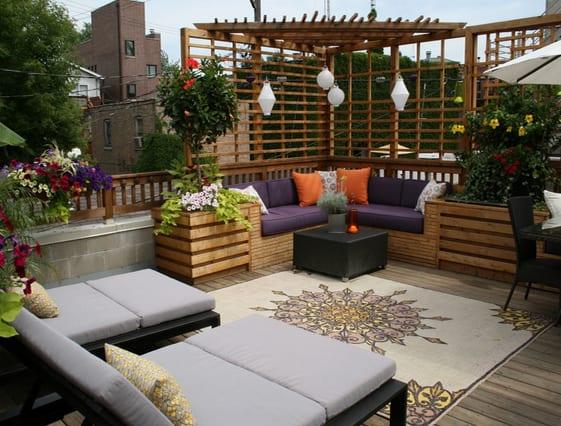 coole terrasseneinrichtung mit pergola und sitzecke aus holz