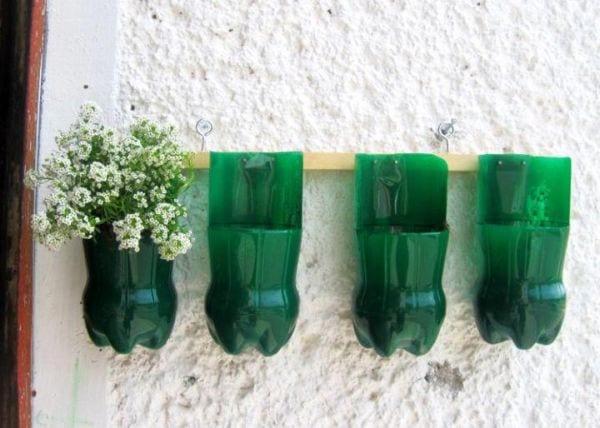 bastelidee mit grünen PET-Flaschen als DIY Wanddeko