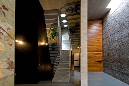 wohnideen flur mit innentreppe beton und wandfarbe schwarz_indirekte deckenbeleuchtung im flur