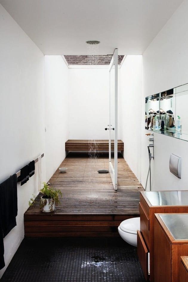 luxus badezimmer mit hof und eingebautem duschkopf in der decke_badezimmer holz mit bodenbelag aus mosaik in schwarz und Badezimmermöbel holz