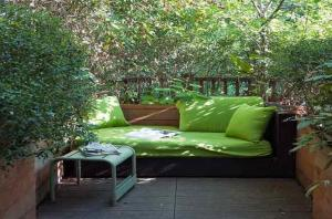 kleine terrasse gestalten als kleines wohnzimmer draußen - fresHouse