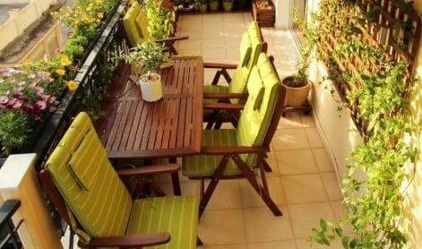 coole idee für terrasseneinrichtung in grün mit terrassenmöbeln aus holz und blumen