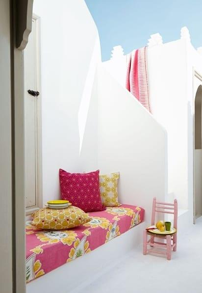 gemütliche Sitzecke für die terrasse einrichten in weiß und pink