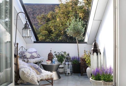 kleine terrasse gestalten und dekorieren mit metalllaternen und silbernen couchtisch rund