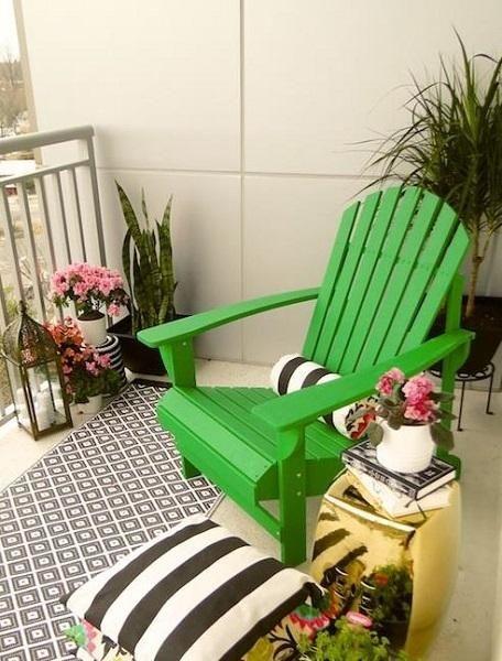 Kleines wohnzimmer draussen gestalten freshouse for Balkon teppich mit weiß schwarze tapete