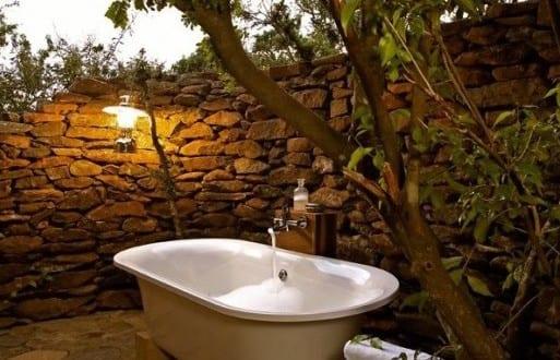 kleiner garten mit steinmauer als badezimmer im freien einrichten freshouse. Black Bedroom Furniture Sets. Home Design Ideas