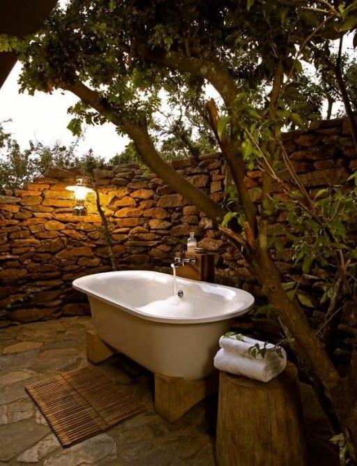 kreative gartengestaltung mit badewanne und laternen als badezimmerleuchte
