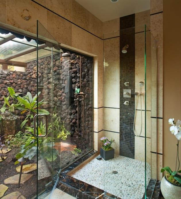 hofgarten mit mauerwand und außendusche