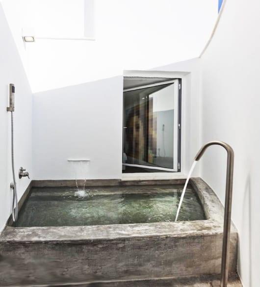 Hofterrasse mit badewanne ausgemauert