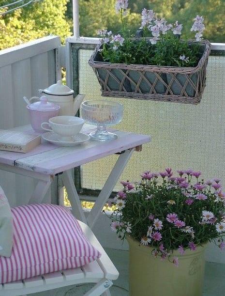 balkon deko ideen in weiß mit klapptisch