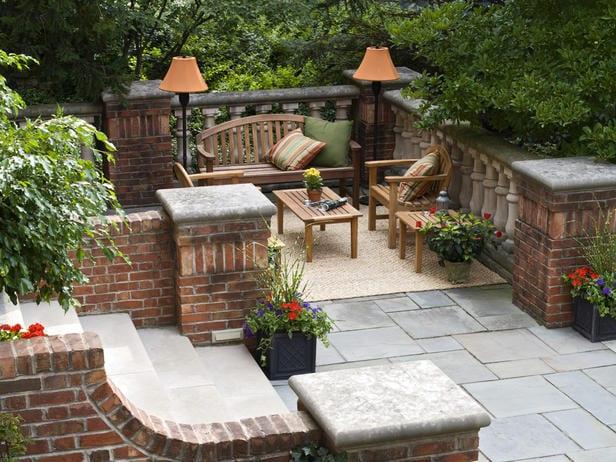 fantastische idee für terrassengestaltung mit gartenbank aus holz und stehelampen