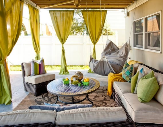 offenes wohnzimmer design mit gardienen und rattanmöbeln braun mit weißen sitzkissen