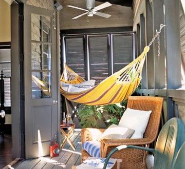 kleines wohnzimmer im freien mit h ngematte und rattanst hl freshouse. Black Bedroom Furniture Sets. Home Design Ideas