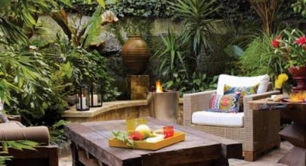 kleines wohnzimmer im garten gestalten mit couchtisch holz und gartensessel freshouse. Black Bedroom Furniture Sets. Home Design Ideas