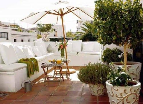dachterrasse mit DIY Sitzbank in weiß gestalten mit weißen kissen und  Sonnenschirm weiß