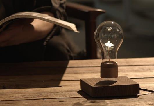 moderne Lampe mit freischwebender Glühbirne für interessante Raumgestaltung